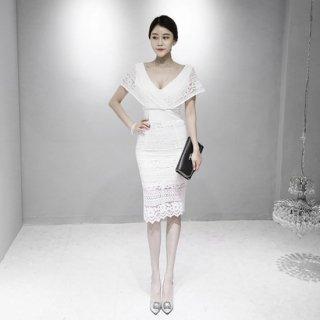 大胆カットの谷間魅せがセクシーな白の総レースタイトドレス