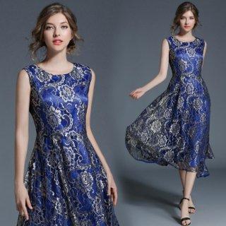 光沢のある生地感がエレガントな花柄刺繍のノースリーブドレス