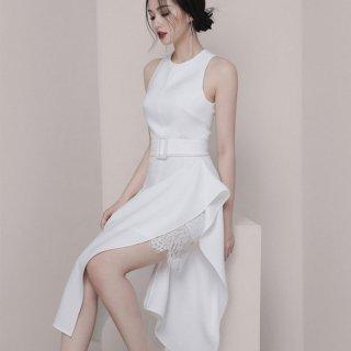 エレガントでおしゃれなアシメデザイン 上品かわいいフリルとレースの白タイトドレス