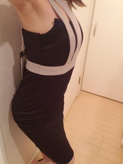【即納】胸開きと背中あきがセクシーなタイト膝丈ワンピース