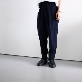 <img class='new_mark_img1' src='https://img.shop-pro.jp/img/new/icons14.gif' style='border:none;display:inline;margin:0px;padding:0px;width:auto;' />ATHA/ COTTON SATIN TAPERD EASY TROUSERS