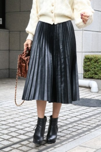 fake leather pleats skirt / black