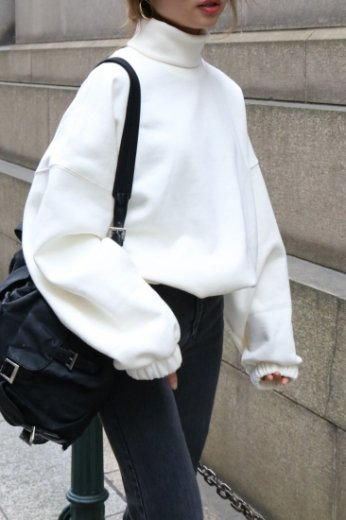turtle neck wide sleeve sweat tops / white