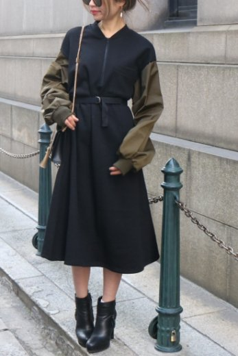 volume gather sleeve docking bicolor sweat dress / black × olive