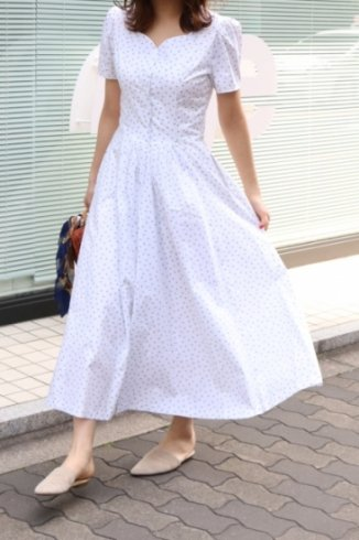 <img class='new_mark_img1' src='https://img.shop-pro.jp/img/new/icons20.gif' style='border:none;display:inline;margin:0px;padding:0px;width:auto;' />heart cut neck flower dot pattern flare dress / white