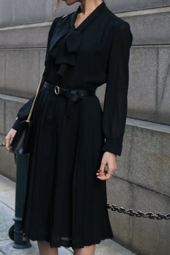 <img class='new_mark_img1' src='https://img.shop-pro.jp/img/new/icons14.gif' style='border:none;display:inline;margin:0px;padding:0px;width:auto;' />【vintage】front ribbon pleats chiffon black dress