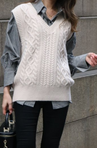 V neck cable stitch knit vest / beige