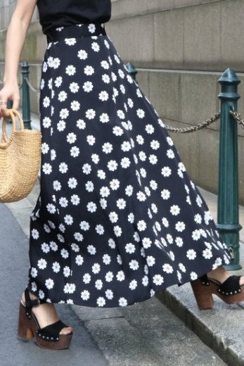 daisy patterned all over flare skirt / black