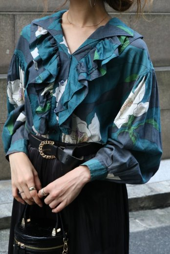 <img class='new_mark_img1' src='https://img.shop-pro.jp/img/new/icons14.gif' style='border:none;display:inline;margin:0px;padding:0px;width:auto;' />【vintage】KENZO / Italian collar front frill floral blouse