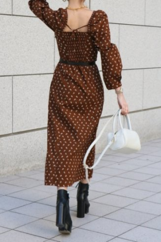 square neck shirring switch floral flare dress / brown