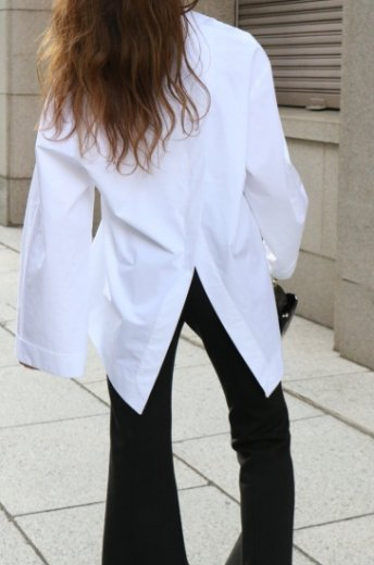 <img class='new_mark_img1' src='https://img.shop-pro.jp/img/new/icons14.gif' style='border:none;display:inline;margin:0px;padding:0px;width:auto;' />back open wide sleeves fishtail blouse / white