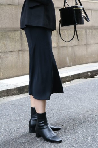 <img class='new_mark_img1' src='https://img.shop-pro.jp/img/new/icons14.gif' style='border:none;display:inline;margin:0px;padding:0px;width:auto;' />【vintage】CELINE / tight silk skirt
