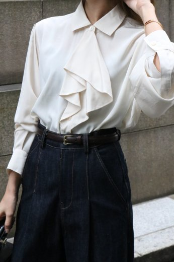 <img class='new_mark_img1' src='https://img.shop-pro.jp/img/new/icons14.gif' style='border:none;display:inline;margin:0px;padding:0px;width:auto;' />【vintage】cut away collar front scarf motif blouse