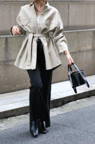 short point collar over silhouette fake leather jacket shirt (belt ribbon set) / beige