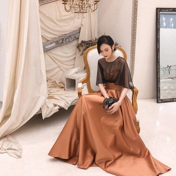 シックなカラーとシアーなケープスリーブが印象的 ロング丈ドレス