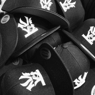 W NYC(ダブルエヌワイシー) オールドイングリッシュ ロゴ 刺繍 ストラップバック キャップ<br>W NYC OLDENGLISH LOGO STRAPBACK CAP