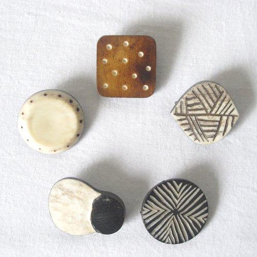 手彫りブローチ(フェアトレード )