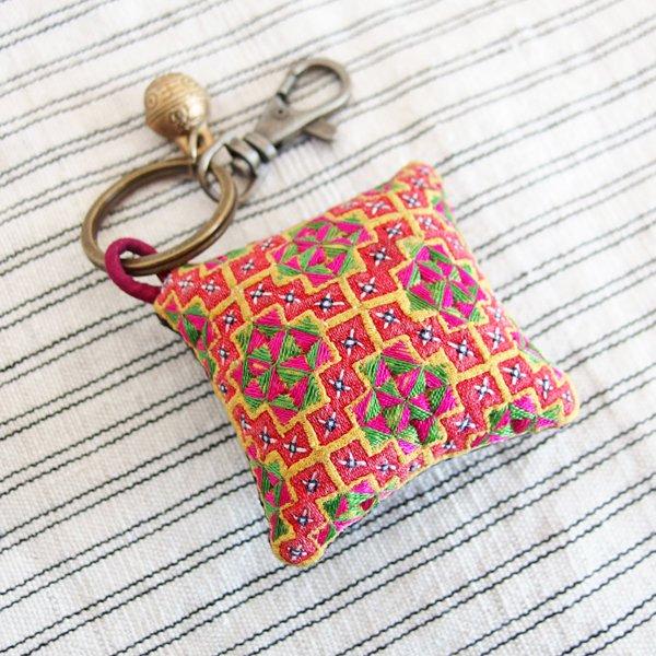 モン族 手刺繍ピンクッションチャーム キーホルダー 35C