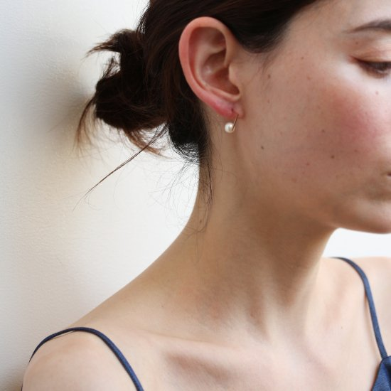 Minimalist Pearl Line Pierce | K10YG<img class='new_mark_img2' src='//img.shop-pro.jp/img/new/icons14.gif' style='border:none;display:inline;margin:0px;padding:0px;width:auto;' />