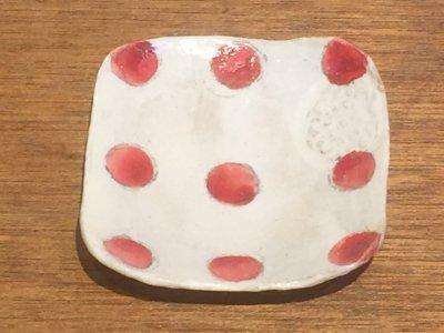 やまぐちあさこさんの粉引カラフルスクエア豆皿(赤ドット)