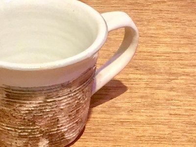 汚れがつきにくい工夫のマグカップ 古谷浩一さん(信楽)の渕荒横彫 切立マグ