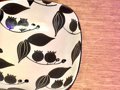 モノクロ模様の可愛いお皿です 矢島操さん(滋賀)の角鉢(すずらん)