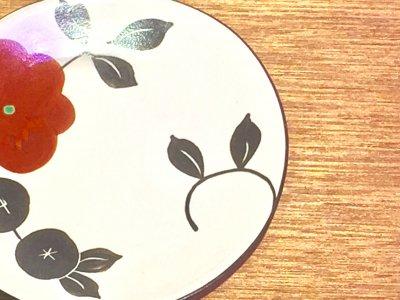 モノクロ模様の中に赤いお花が一輪 可愛いお皿です 矢島操さん(滋賀)のモノクロ皿(赤花)