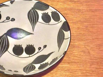 矢島操さんのモノクロだえん鉢(すずらん)