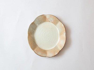 汚れがつきにくい工夫のお皿 古谷浩一さん(信楽)の渕荒粉引 輪花皿 中