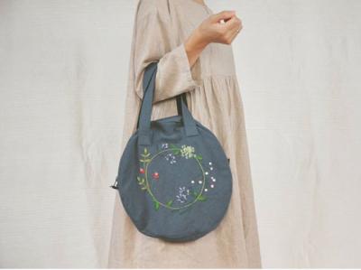 刺繍を施した可愛い丸型の鞄です。