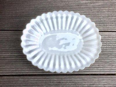 洋食器のようにも見えるモダンな雰囲気を持つ工房・國さんの器 輪花楕円皿