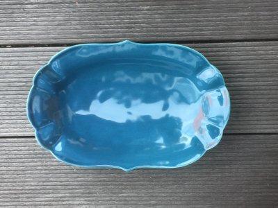 洋食器のようにも見えるモダンな雰囲気を持つ工房・國さんの器 楕円中皿 青色