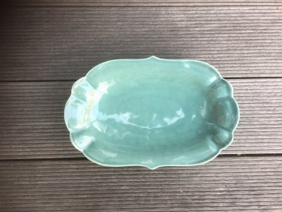 洋食器のようにも見えるモダンな雰囲気を持つ工房・國さんの器 楕円中皿 緑