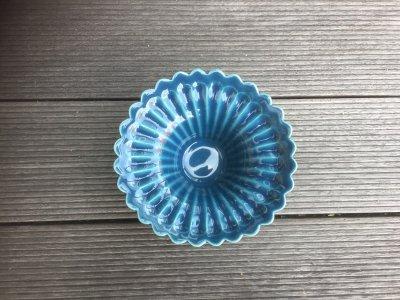 洋食器のようにも見えるモダンな雰囲気を持つ工房・國さんの器 輪花小皿 青