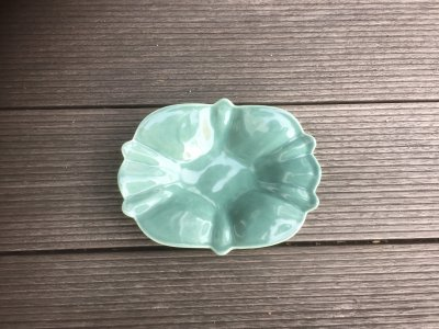 洋食器のようにも見えるモダンな雰囲気を持つ工房・國さんの器 菱形小皿 緑