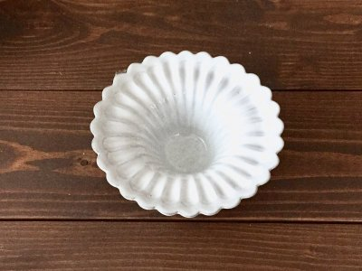 洋食器のようにも見えるモダンな雰囲気を持つ工房・國さんの器 輪花小皿 白