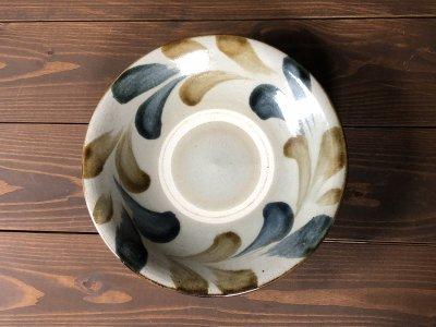 沖縄の器やちむんです。個性的な器 双葉 8寸皿 風香原