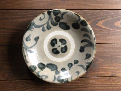 沖縄の器やちむんです。個性的な器 呉須唐草 7寸皿 風香原