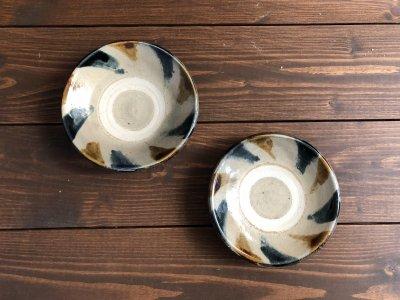 沖縄の器やちむんです。個性的な器 重 皿4.5寸 呉須飴刷毛目 照屋窯 照屋佳信