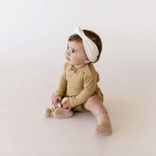 <img class='new_mark_img1' src='https://img.shop-pro.jp/img/new/icons14.gif' style='border:none;display:inline;margin:0px;padding:0px;width:auto;' />Quincy Mae<BR>Pointelle Skirted Onesie / Honey