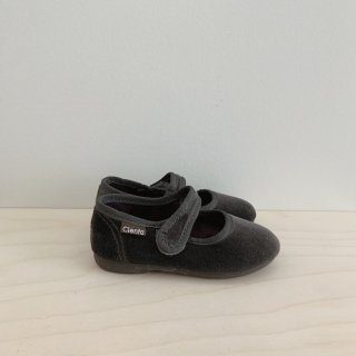 <img class='new_mark_img1' src='https://img.shop-pro.jp/img/new/icons14.gif' style='border:none;display:inline;margin:0px;padding:0px;width:auto;' />Cienta - One-Strap Shoes / Velour Grey