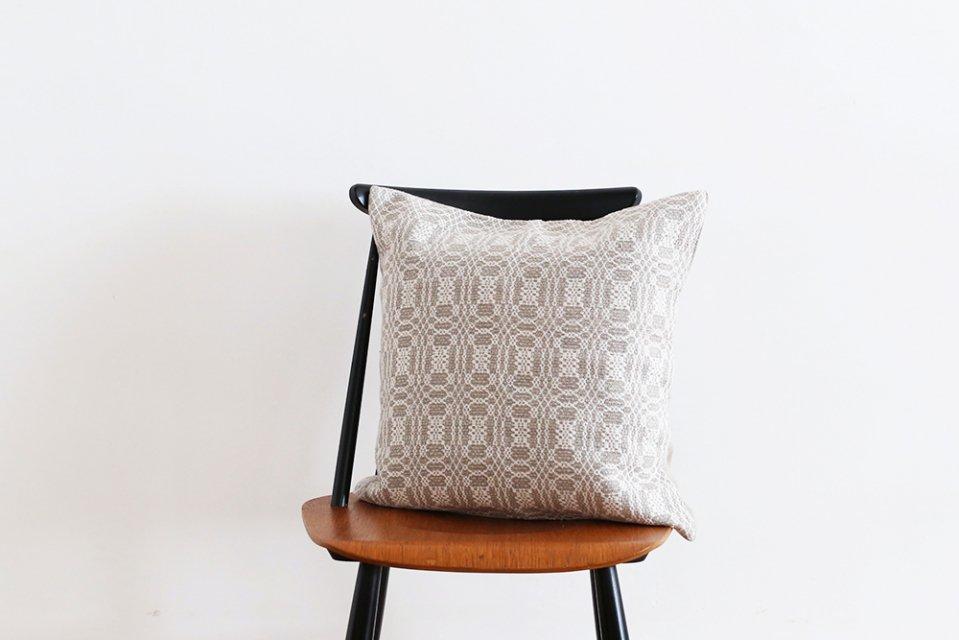 かわちせつこ/オーバーショット織りのクッションカバー(ホワイト)