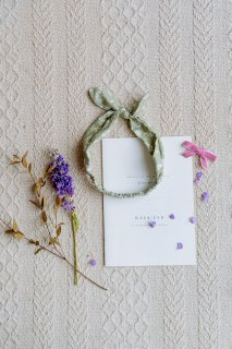 <img class='new_mark_img1' src='//img.shop-pro.jp/img/new/icons14.gif' style='border:none;display:inline;margin:0px;padding:0px;width:auto;' />HAPPYOLOGY「Cilla Headband (Antique Green Floral)」2020-AW