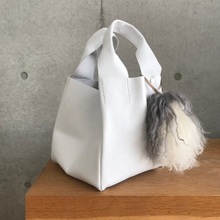 <img class='new_mark_img1' src='https://img.shop-pro.jp/img/new/icons56.gif' style='border:none;display:inline;margin:0px;padding:0px;width:auto;' />cube leather tote † white