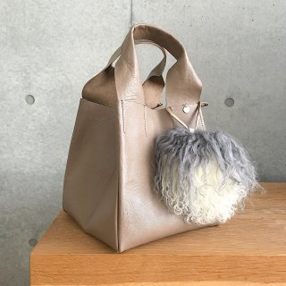 <img class='new_mark_img1' src='https://img.shop-pro.jp/img/new/icons56.gif' style='border:none;display:inline;margin:0px;padding:0px;width:auto;' />cube leather tote † mocha