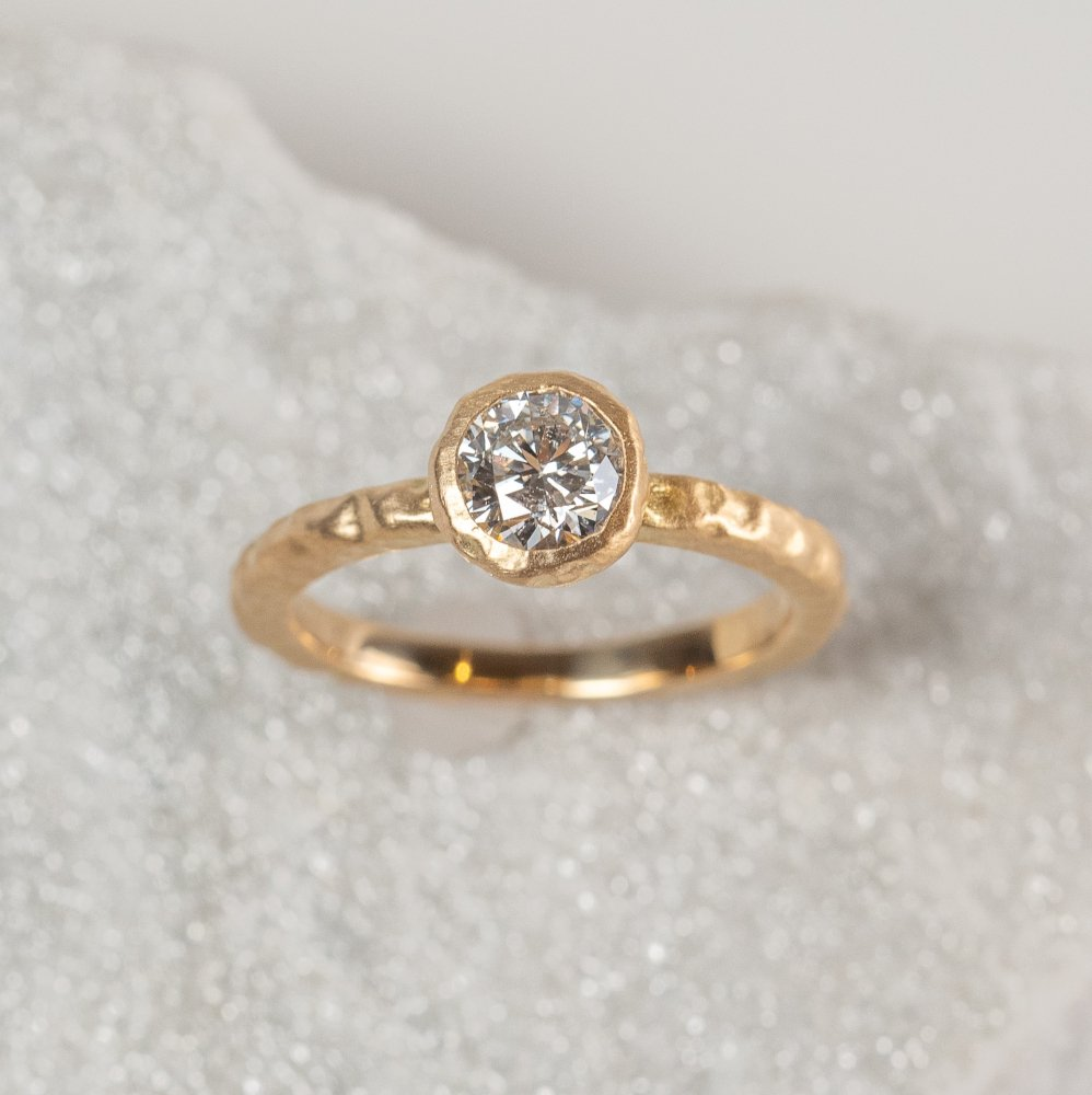 <img class='new_mark_img1' src='https://img.shop-pro.jp/img/new/icons8.gif' style='border:none;display:inline;margin:0px;padding:0px;width:auto;' />K18YG luxe diamond ring