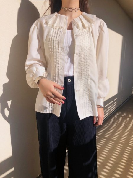 <img class='new_mark_img1' src='https://img.shop-pro.jp/img/new/icons14.gif' style='border:none;display:inline;margin:0px;padding:0px;width:auto;' />ivory pin-tack ruffle blouse