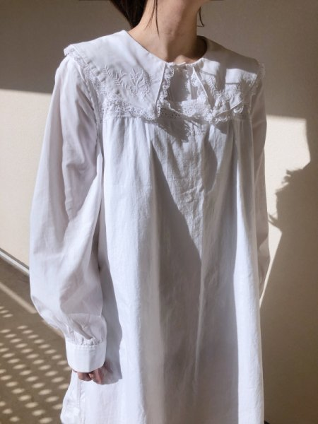 <img class='new_mark_img1' src='https://img.shop-pro.jp/img/new/icons14.gif' style='border:none;display:inline;margin:0px;padding:0px;width:auto;' />white big collar frill  blouse