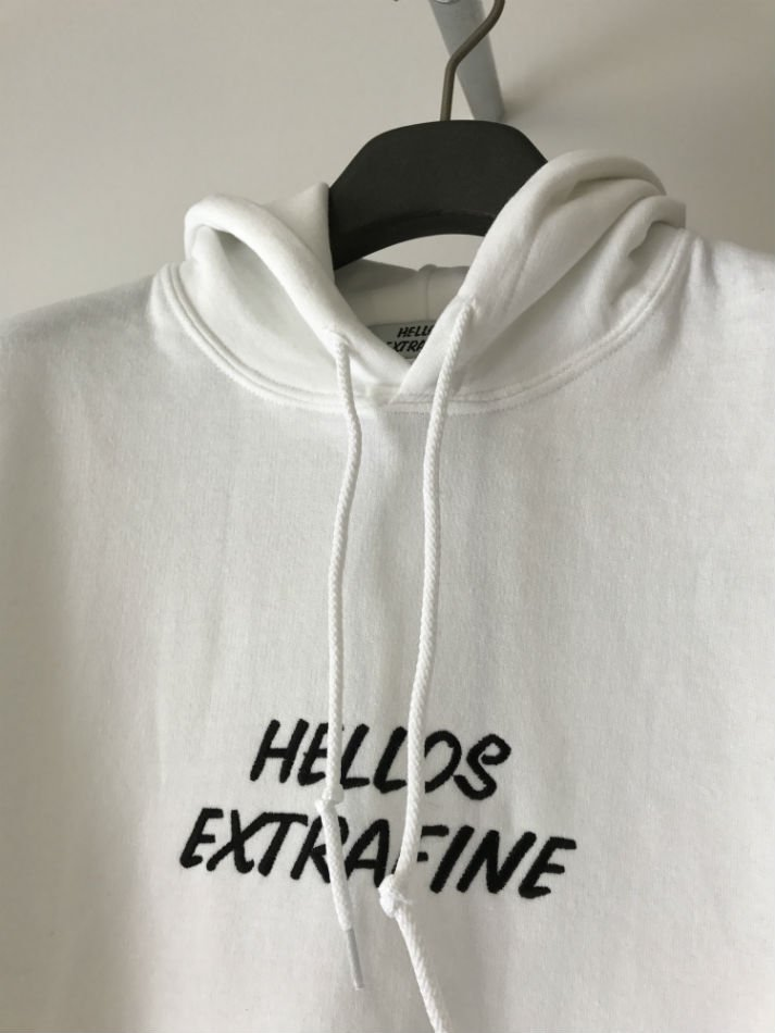 HELLOS EXTRAFINE<br />Logo hooded sweatshirt White<img class='new_mark_img2' src='//img.shop-pro.jp/img/new/icons47.gif' style='border:none;display:inline;margin:0px;padding:0px;width:auto;' />