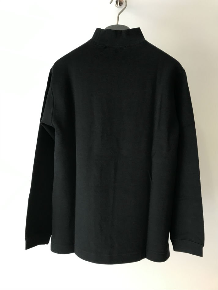 HELLOS EXTRAFINE<br />Logo mock neck L/S T shirt Black<img class='new_mark_img2' src='//img.shop-pro.jp/img/new/icons14.gif' style='border:none;display:inline;margin:0px;padding:0px;width:auto;' />